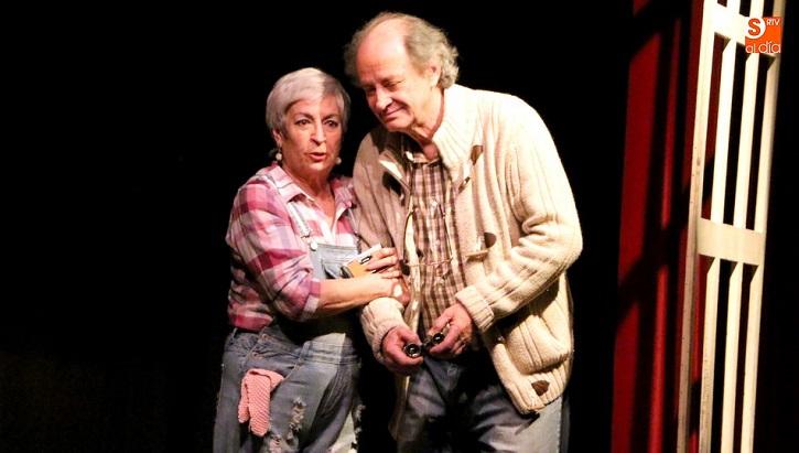 La actriz Milagros Morón y el actor Luis Higueras interpretan a Ethel y Norman, respectivamente, en la obra de teatro En el estanque dorado, de Ernest Thompson