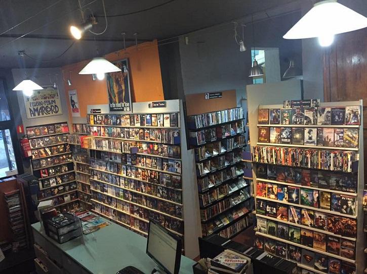 Interior del videoclub 'Ficciones de Cine' en Malasaña, que echa el cierre el 25 de junio   Cierra 'Ficciones de Cine', el último videoclub de Malasaña