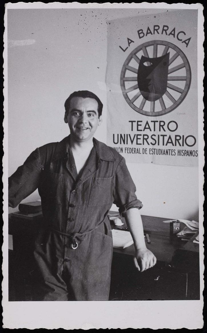 El poeta Federico García Lorca posa con un cartel de 'La barraca', el grupo de teatro que fundó en 1931 | Federico García Lorca cumple 120 años