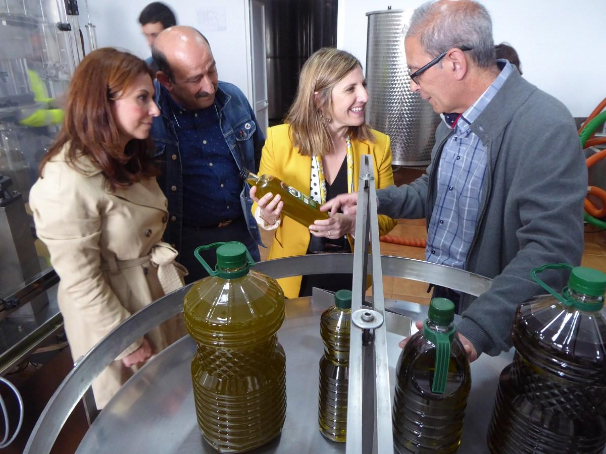 """La presidenta de la Diputación Provincial de Cádiz, Irene García, se reúne en Algodonales con productores de aceite de oliva virgen extra para fortalecer """"la unidad de acción"""" del sector"""