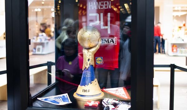 Los aficionados daneses ya disfrutan de su trofeo de Campeones del Mundo