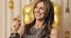 La directora californiana, Kathryn Bigelow, posa con uno de sus seis premios Oscar