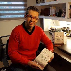 Javier Arias Artacho, escritor y profesor presenta su última y lúcida novela, La tierra del viento (Roca Editorial)