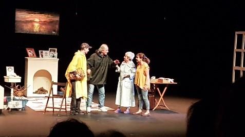 Escena de la amable En el estanque dorado, representada por el grupo de teatro Ateneo de Pozuelo