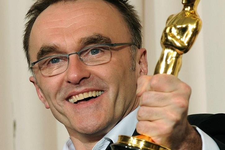 El cineasta inglés de 61 años, Danny Boyle, posa con el Oscar al mejor director por su trabajo en Slumdog Millonaire