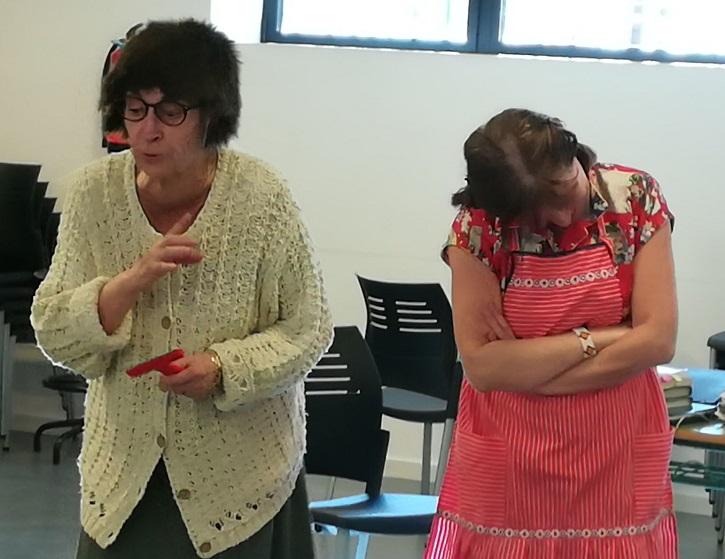 Las sólidas actrices Milagros Morón y Encarna Espejo, interpretan La tortuga de Darwin durante uno de sus ensayos
