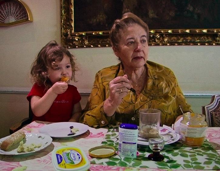 La simpática actriz Julita Salmerón, madre del director Gustavo Salmerón, en un fotograma del filme Muchos hijos, un mono y un castillo