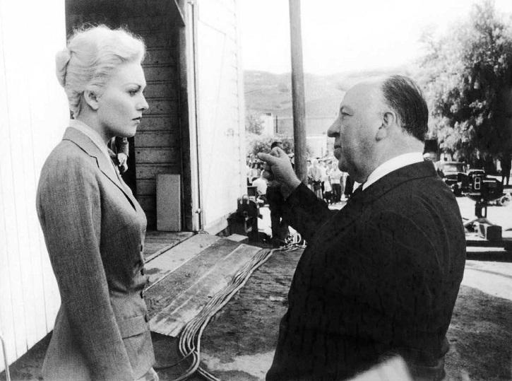 Alfred Hitchcock da instrucciones a Kim Novak durante el rodaje de Vértigo