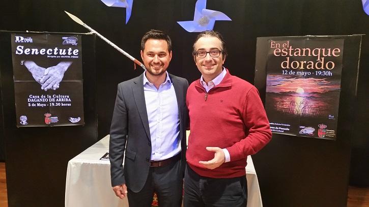 El alcalde de Daganzo, Sergio Berzal, junto al periodista José Luis Panero tras su entrevista | Daganzo premia el trabajo de los actores Milagros Morón y Luis Higueras