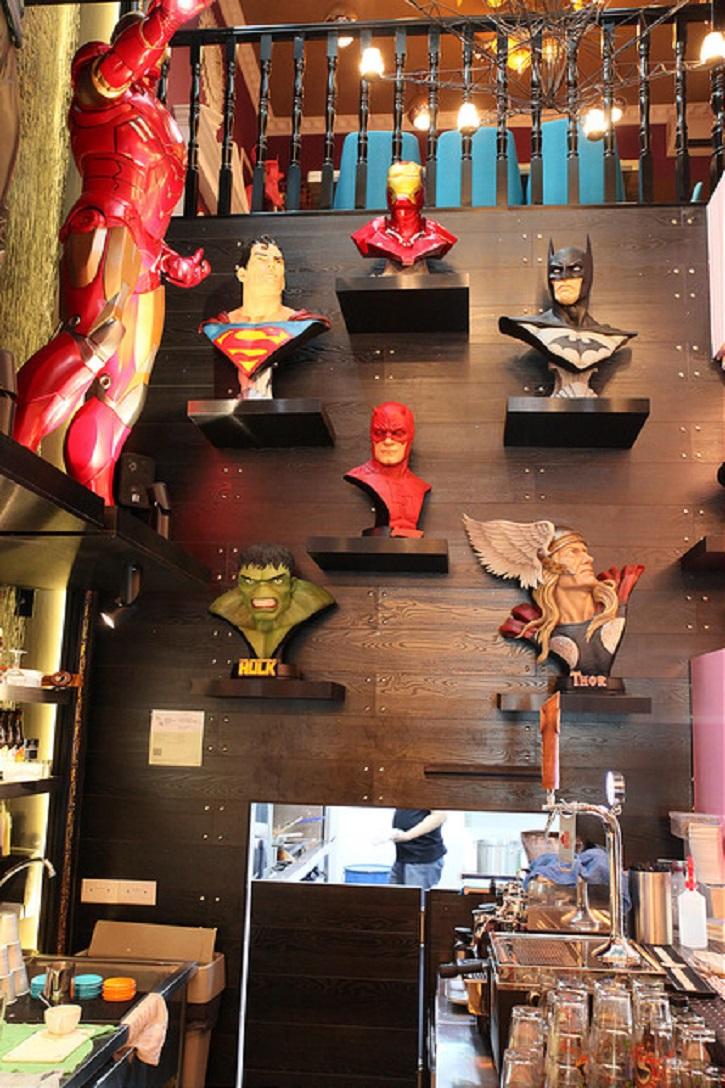 Detalle de uno de los rincones del restaurante de los superhéroes. ¿Cuál te gusta más? | Benavente, catedral del museo del cómic más grande de Europa