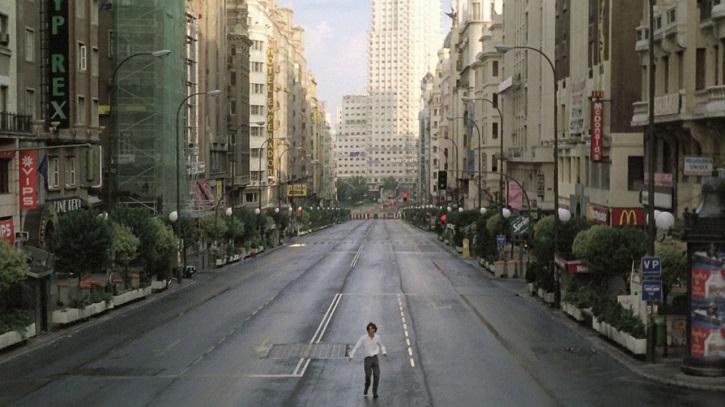 La Gran Vía madrileña, escenario del filme Abre los ojos, de Alejandro Amenábar | 'Ciudades de cine': luminosa guía de viaje cinematográfica (ediciones cátedra)