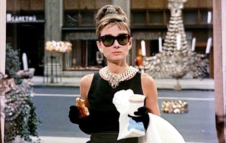 Audrey Hepburn, en la Quinta Avenida en Desayuno con diamantes | 'Ciudades de cine': luminosa guía de viaje cinematográfica (ediciones cátedra)