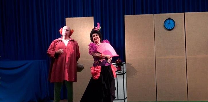 Una escena simpática de El retablillo de don Cristóbal | Guadarrama acoge a 'Dos Lorca', representada por 'Ateneo de Pozuelo'