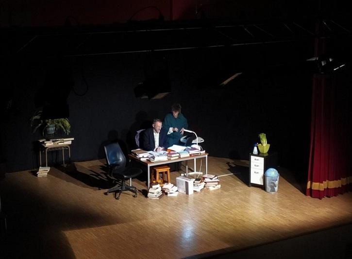Captura de un momento de la obra | Ateneo de Pozuelo representará La Tortuga de Darwin en CC Buenavista