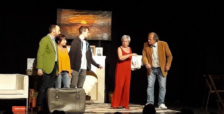 Familia reunida en el estanque dorado | 'En el estanque dorado' llega a Casas de Haro con el Ateneo de Pozuelo