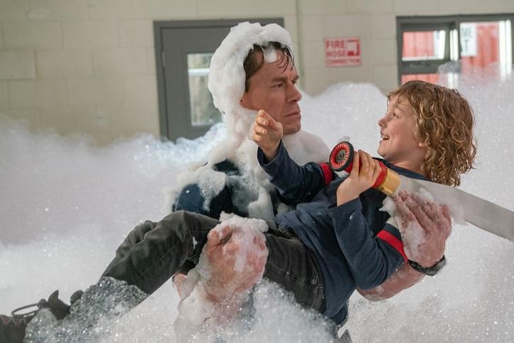 John Cena y Christian Convery | Andy Fickman aburre con su cansina comedia 'Jugando con fuego'