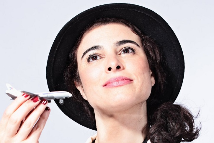 Natalia Erice en otro momento ilusionante de la obra | Impecable Natalia Erice en la Sala Mirador con 'Ring, ring, cuénteme'