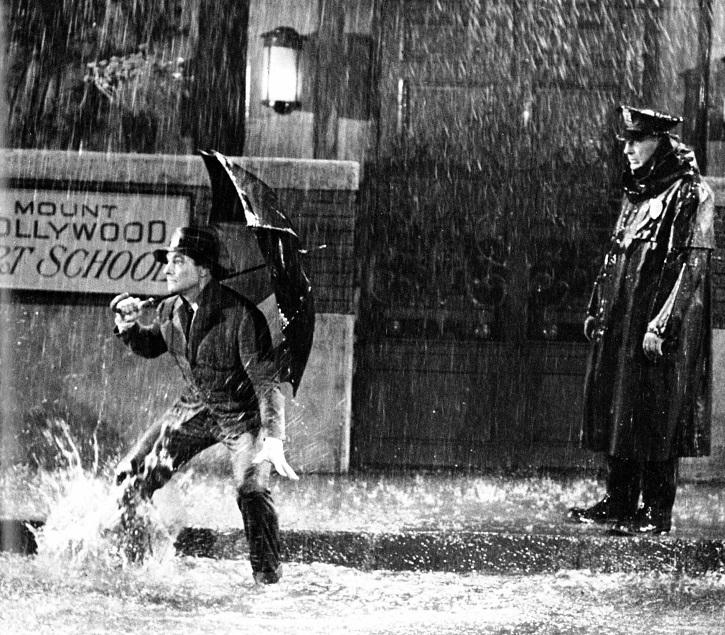 Icónico fotograma del filme | ¿Mejor 'El crepúsculo de los dioses' que 'Cantando bajo la lluvia'?