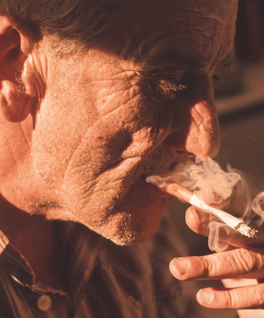 El poeta Leopoldo María Panero Blanc, fotografiado por la artista Ouka Leele | Leopoldo María Panero publica 'La mentira es una flor' en 'Huerga y Fierro'