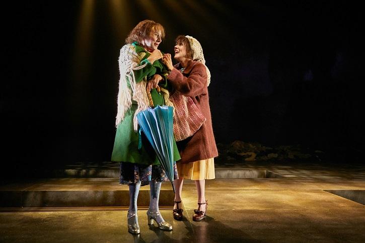 Mona Martínez y Carmen Barrantes, fotografiadas por Jesús Ugalde   'Las dos en punto': Las hermanas gallegas llegan al Teatro Español
