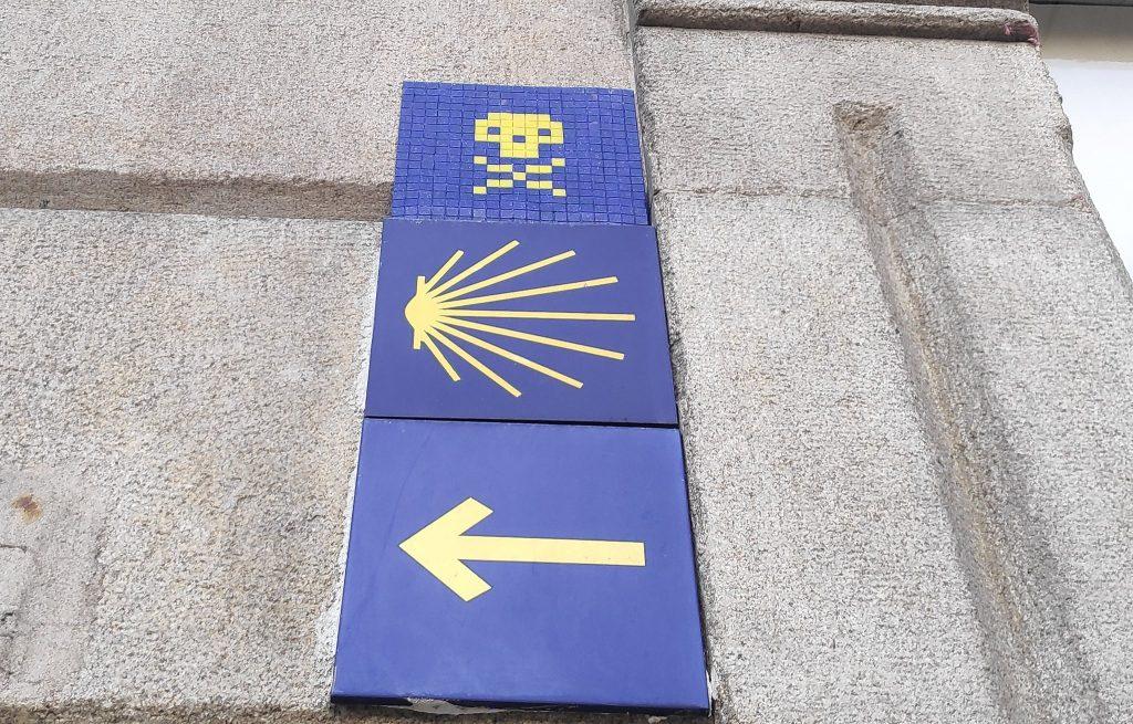 Calavera de Gerión sobre la indicación del Camino de Santiago