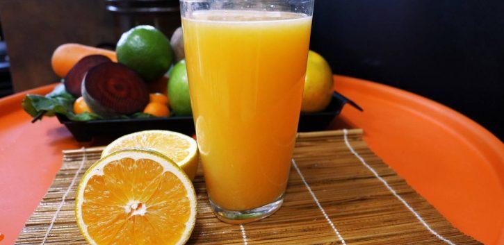 ¿Qué es mejor, la fruta entera o los zumos de frutas?